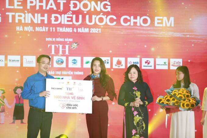 Bà Trần Thị Như Trang, Giám đốc Quỹ Vì Tầm Vóc Việt thay mặt Quỹ, Tập đoàn TH và BAC A BANK trao biển tặng 1.000 nhà vệ sinh cho chương trình Điều ước cho em.