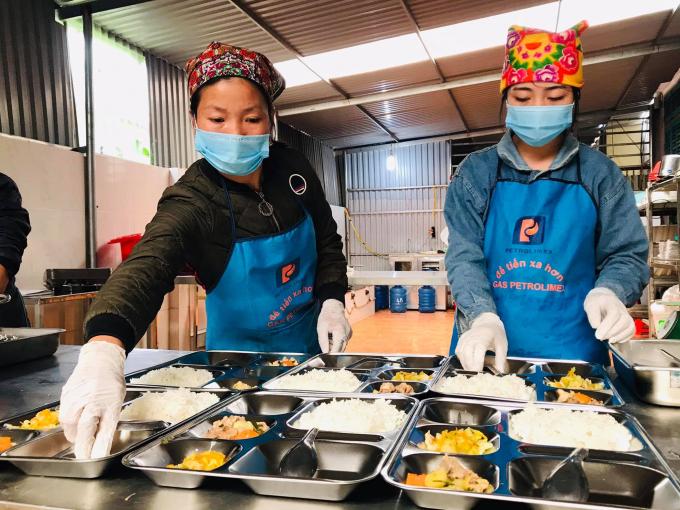 Bữa ăn trưa bán trú tại trường tiểu học Tô Múa (Vân Hồ, Sơn La) theo Mô hình điểm Bữa ăn học đường đang được Bộ Giáo dục và Đào tạo triển khai tại 10 tỉnh thành trên cả nước, với sự đồng hành của Tập đoàn TH.