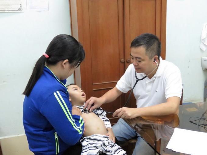 PGS, TS Nguyễn Lân Hiếu khám sàng lọc bệnh nhi tại tỉnh An Giang.