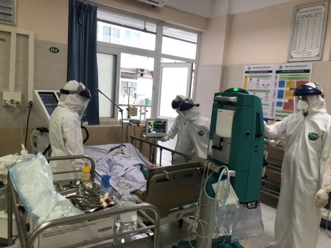 Phòng điều trị bệnh nhân mắc COVID-19 tại bệnh viện đa khoa Đức Giang được trang bị đầy đủ máy móc, thiết bị y tế hiện đại.