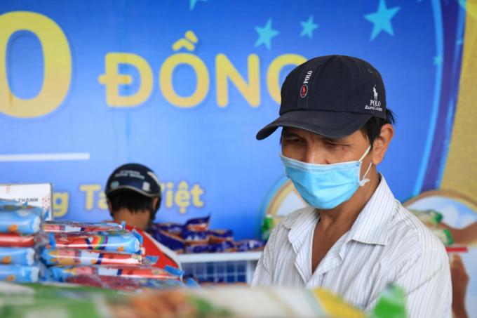 Vì là người khuyết tật, ông Lâm Thi Vũ (50 tuổi) được ưu tiên vào để mua sắm trước.