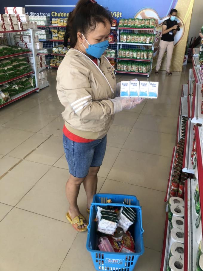 Những người đến mua còn được tặng kèm một phần sữa tươi Dalatmilk mà không phải tính tiền trong tấm vé mua hàng khiến ai cũng bất ngờ.