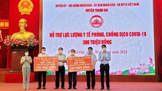 Dịp này huyện Thanh Oai trao tặng 300 triệu đồng đến Bệnh viên đa khoa huyện và Trung tâm y tế huyện
