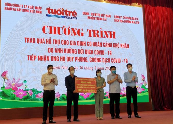 Ông Dương Văn Mậu, Phó TGĐ Vinaconex trao 200 triệu đồng tới quỹ phòng, chống Covid-19 huyện Thanh Oai.