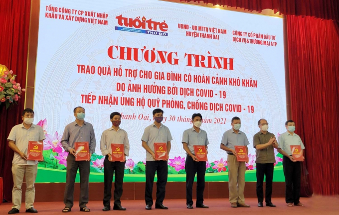 Đồng chí Nguyễn Mạnh Hưng, Tổng Biên tập báo Tuổi trẻ Thủ đô trao quà tới đại diện MTTQ các xã, thị trấn.