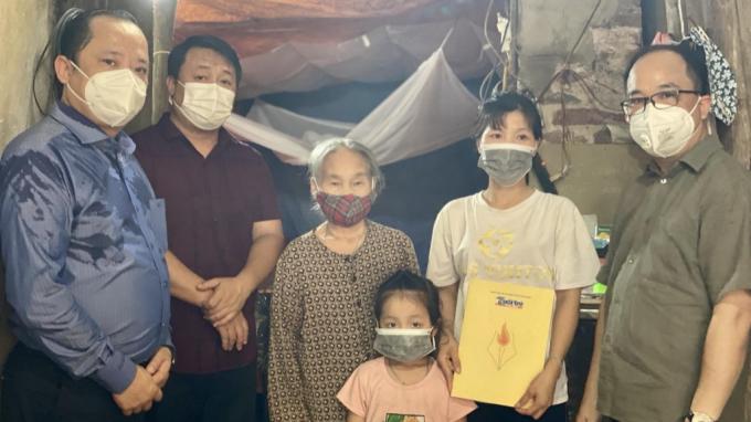 Gia đình chị Nguyễn Thị Thư xúc động khi nhận quà từ Báo Tuổi trẻ Thủ đô và Công ty Cổ phần Đầu tư Thương mại và Dịch vụ ATP
