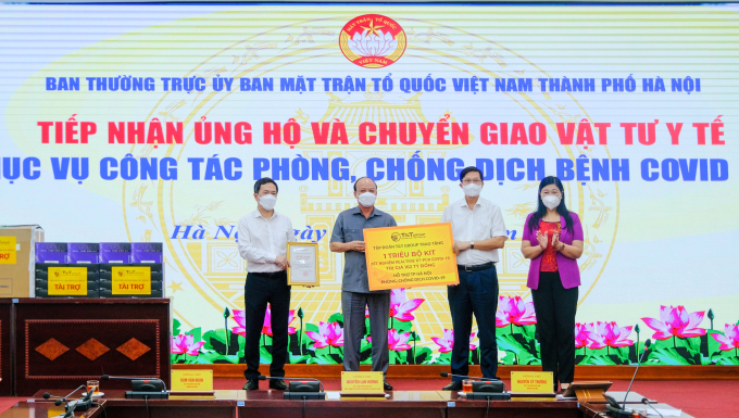 Đại diện Tập đoàn T&T Group trao tặng 1 triệu bộ kit xét nghiệm PCR cho đại diện Sở Y tế thành phố Hà Nội và UB MTTQ Việt Nam thành phố Hà Nội.