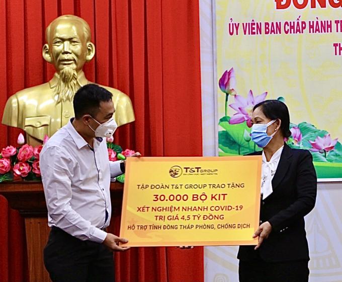 : Ông Nguyễn Anh Tuấn, Phó Tổng Giám đốc Tập đoàn T&T Group trao tặng 30.000 bộ kit xét nghiệm nhanh COVID-19 trị giá 4,5 tỷ đồng cho đại diện lãnh đạo tỉnh Đồng Tháp.