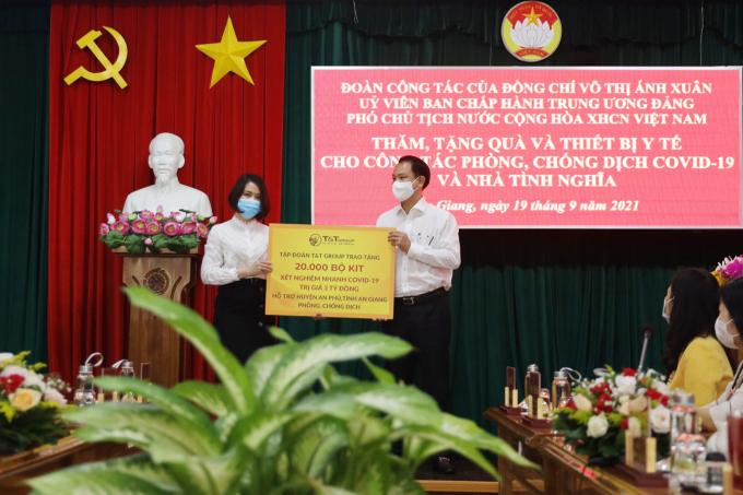 """Đại diện Tập đoàn T&T Group trao tặng 20.000 bộ kit xét nghiệm nhanh COVID-19 trị giá 3 tỷ đồng cho đại diện lãnh đạo huyện An Phú (tỉnh An Giang), """"tiếp sức"""" địa phương trong công tác phòng, chống dịch."""