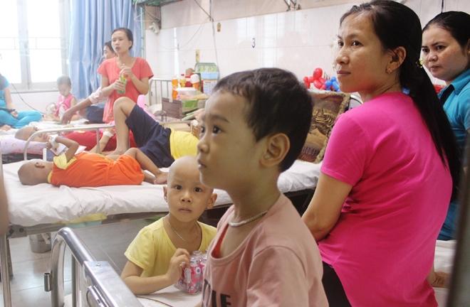 Những em bé ung thư mang chai dịch truyền đón Tết thiếu nhi
