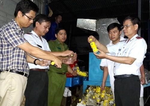 Cơ quan chức năng giám sát việc tiêu hủy số nước giải khát nhiễm chì.