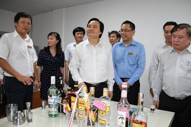 Bộ trưởng Phùng Xuân Nhạ tham quan phòng học Nhà hàng tại ĐH Công nghệ TP HCM chiều 6/6. Ảnh: Phước Tuần