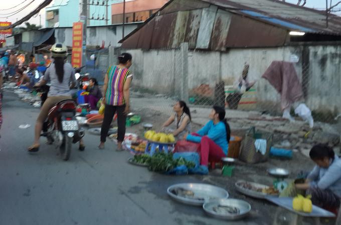 Lòng đường đối diện chợ Thuận Đạt (Hưng Long, Ấp 6, xã Hưng Long, H. Bình Chánh) bị chiếm dụng buôn bán.