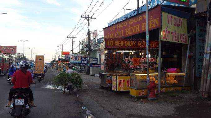 Vỉa hè dọc QL1A đi qua địa phận xã Tân Kiên, TT. Tân Túc thuộc địa bàn huyện Bình Chánh luôn xuất hiện tình trạng bày bán ngày trên đường