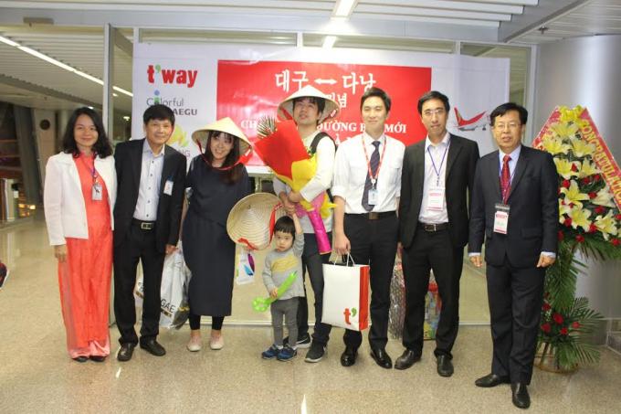 Những hành khách đầu tiên có mặt chuyến bay Đà Nẵng đi Daegu vào ngày 2/4.