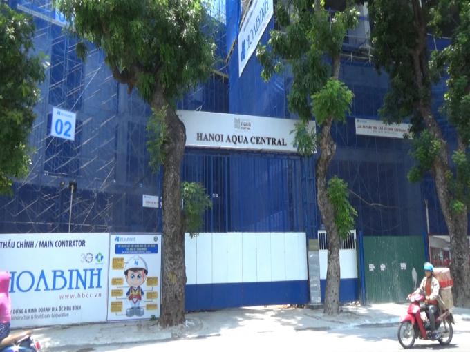 Người dân nghi ngờ dự án Hanoi Aqua Central thi công gây lún, nứt tường nhà.