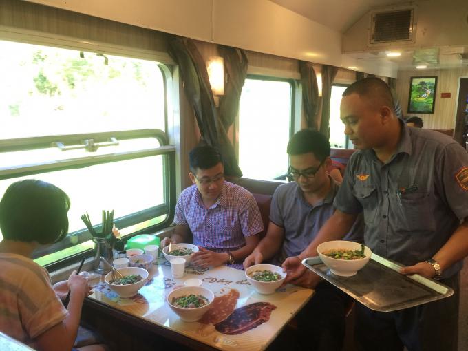 Nhân viên nhà bếp phục vụ đồ ăn cho du khác trên tàu
