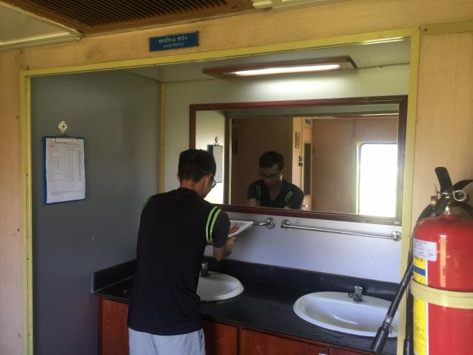 Tại các toa tàu được bố trí các bồn vệ sinh sạch sẽ để phục vụ du khách