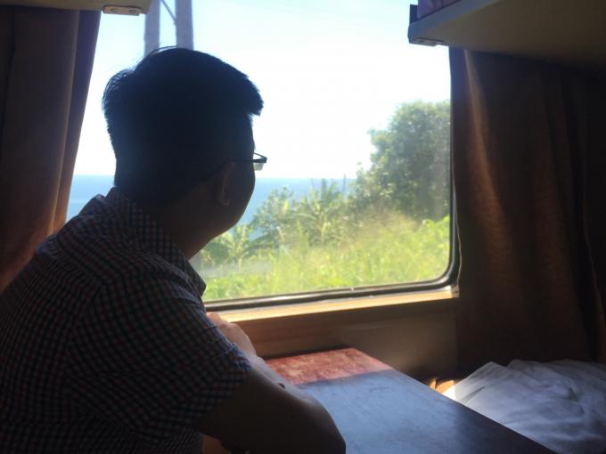 Du khách thích thú ngắm nhìn cảnh vật trên chặng đường xuyên Việt