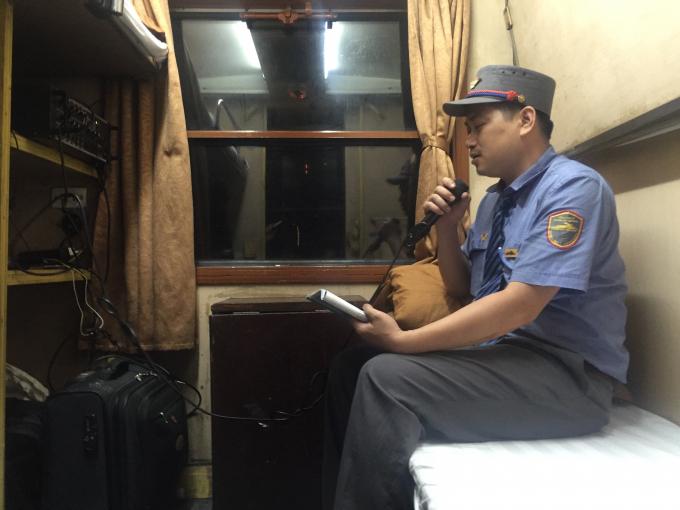 Qua hệ thống loa nhân viên thông tin tới hành khách trên tàu