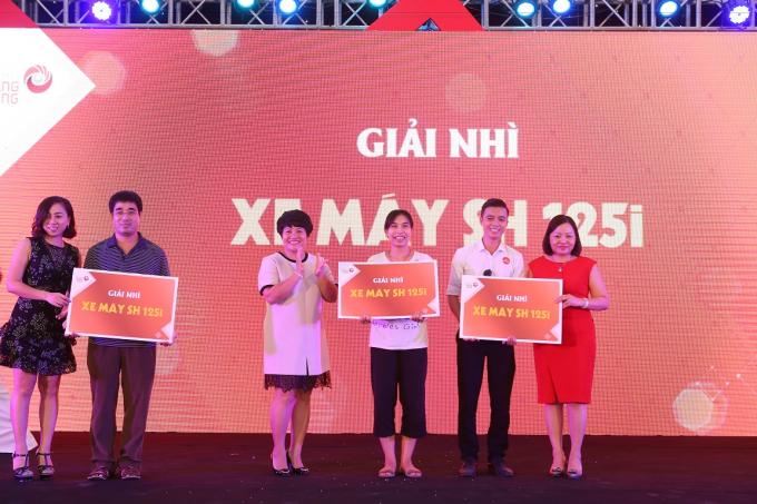 Ba khách hàng trúng xe SH 125i vui mừng nhận thưởng từ Ban tổ chức chương trình