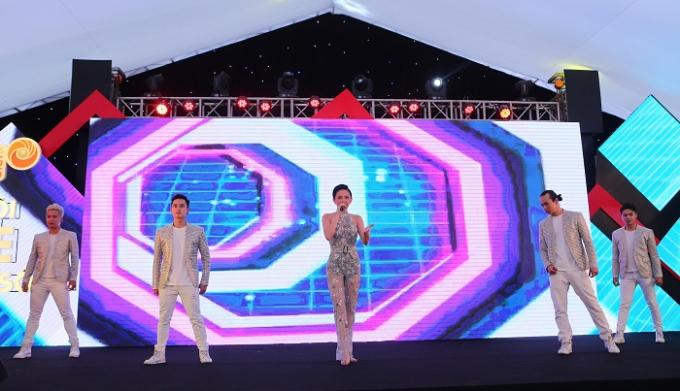 Ca sĩ Tóc Tiên với những màn trình diễn sôi động đã làm cho không khí chương trình rộn ràng hơn.