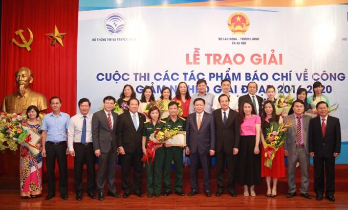 Phó Thủ tướng Vương Đình Huệ và các tác giả đoạt giải. Ảnh: VGP/Thành Chung