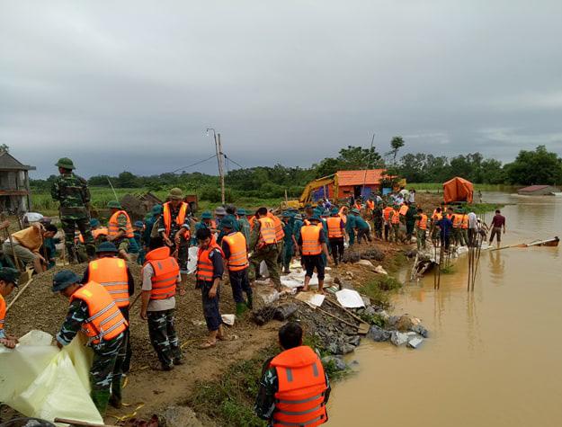 Hàng trăm công an, quân đội vẫn đang nỗ lực cứu đê sông Cầu Chày. Ảnh: Hồng Đức
