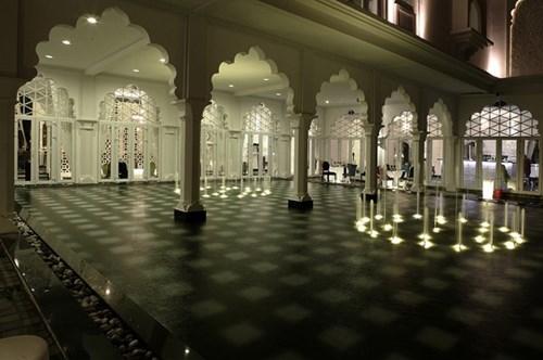 Toà lâu đài có 19 phòng, mỗi phòng được theo một lối khác nhau với toàn bộ nội thất chỉ có hai gam màu chủ đạo trắng và đen, điểm xuyết một chút ánh đỏ từ những hoa văn trên chiếc khăn quàng của thiếu nữ Ấn Độ.