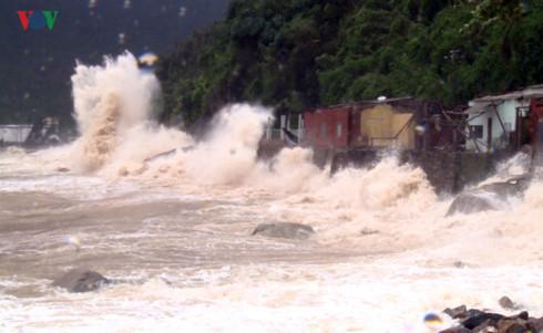 Sóng lớn đập vào bờ kè ở Phú Yên. (Ảnh: VOV)