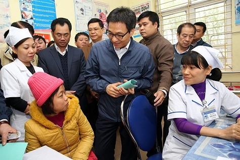 Phó Thủ tướng Vũ Đức Đam thăm trạm y tế tại Thái Nguyên