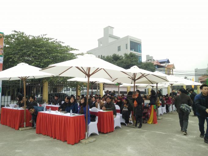Đông đảo người dân đến tham dự buổi khai mạc.