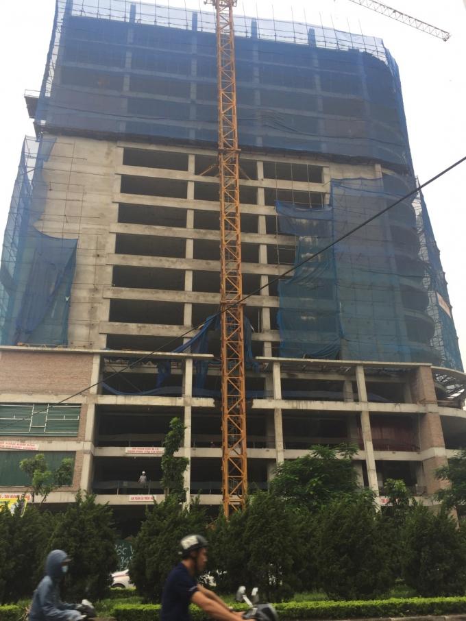 Tòa nhà vẫn ngổn ngang thiết bị xây dựng Ảnh: Minh Chiến