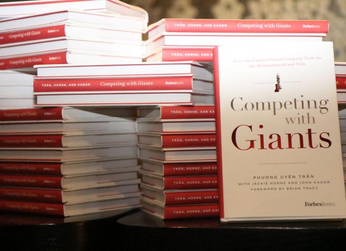 """""""Competing with giants"""" sẽ chính thức được xuất bản tại Việt Nam với tựa đề """"Vượt lên người khổng lồ"""""""