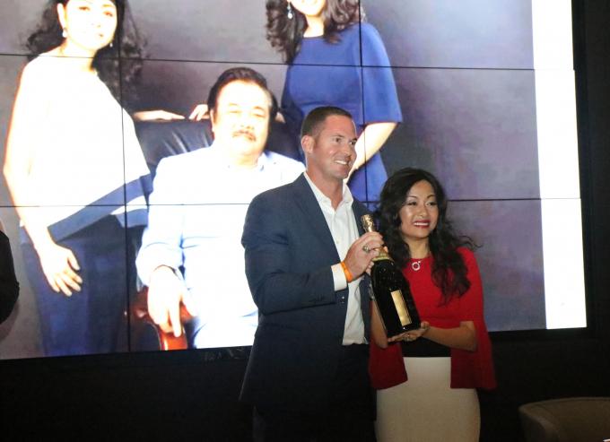 Tác giả Trần Uyên Phương nhận lời chúc mừng từ đại diện ForbesBooks