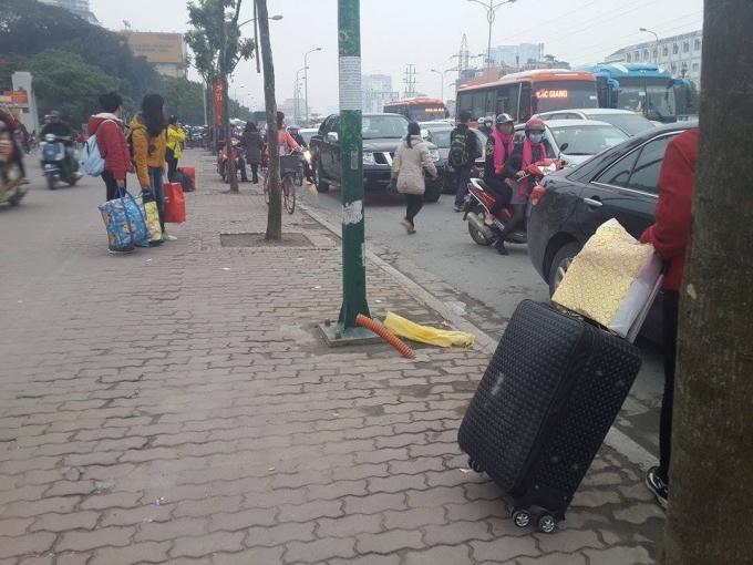 Xe dừng lòng đường đón khách, giao thông trở nên lộn xộn, bát nháo.