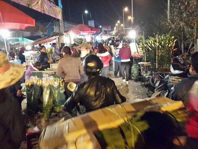 Đối với một số tiểu thương, hoa được chở về chợ từ khoảng 11h đêm hôm trước.