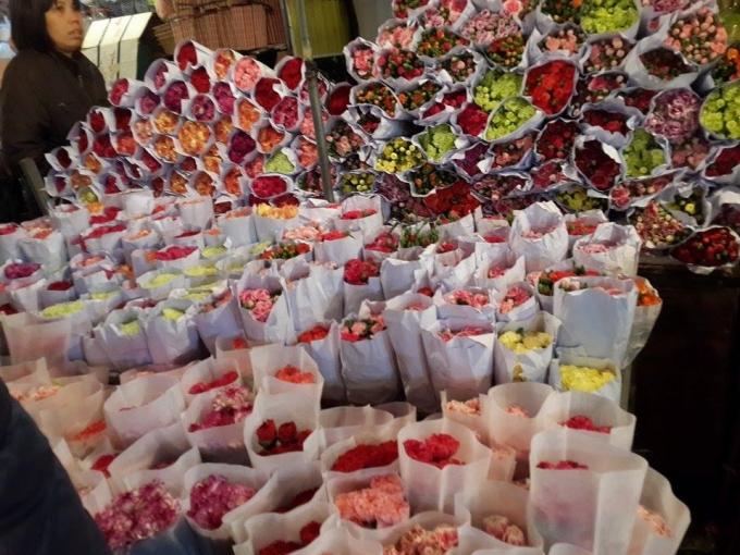 Những bó hoa rực rỡ muôn màu được xếp ngay ngắn và bắt mắt.