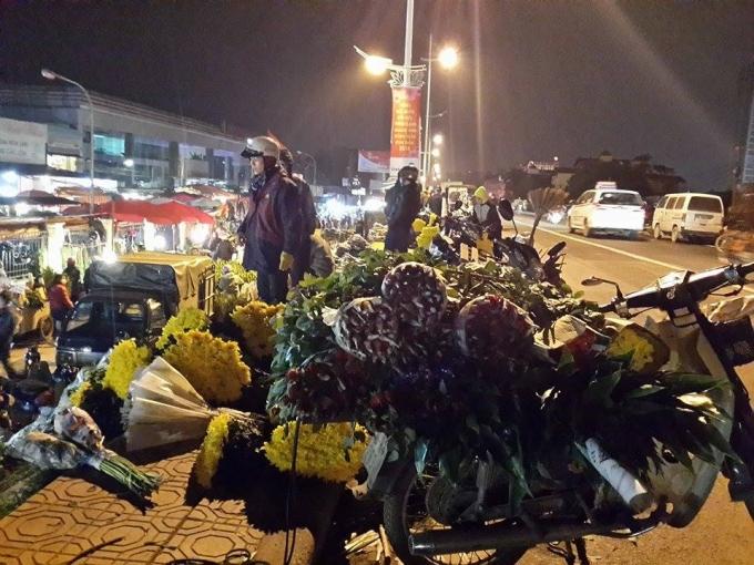 Những xe chở hoa về chợ của các tiểu thương.