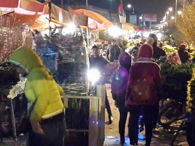 Tờ mờ sáng, những xe hoa lại theo chân những gánh hàng rong len lỏi khắp các phố phường Hà Nội.