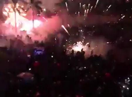 Pháo bắn tung tóe giữa chốn đông người.