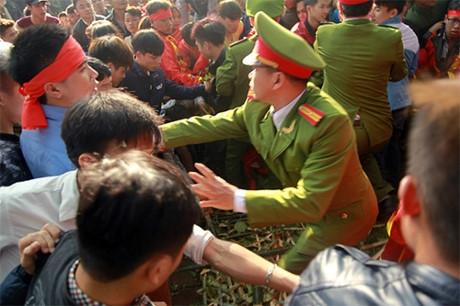 Lực lượng chức năng cố gắng để ổn định trật tự.
