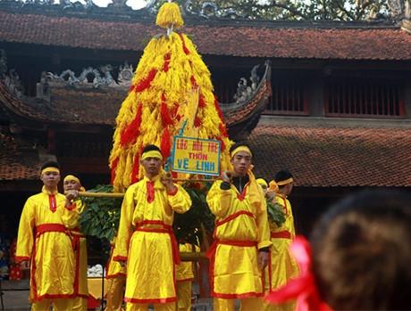 Rước hoa tre là một trong những nghi thức chính của lễ hội.