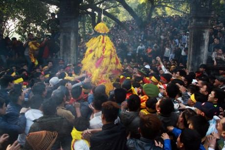 Tuy nhiên, trong quá trình thực hiện nghi thức rước hoa tre lên đền Thượng, hàng trăm thanh niên đã xông vào cướp, gây ra cảnh hỗn loạn.