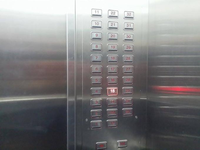 Bảng số tầng thể hiện trong thang máy.