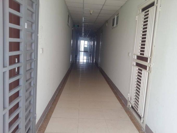 Hành lang các căn hộ trên tầng 32. Rất thông thoáng và sạch sẽ. Nhưng các thượng đế liệu có ngờ rằng, thời gian tới các căn hộ này có được cấp sổ hồng.