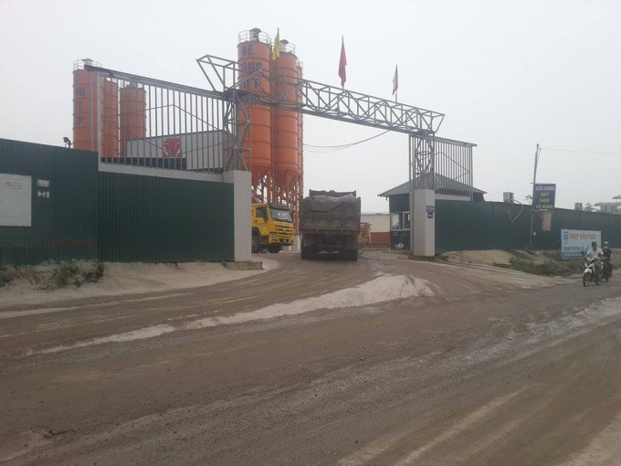Các xe tải chở nguyên vật liệu, xe chuyên chở bê tông vẫn ra vào tấp nập và chưa có dấu hiệu dừng lại.
