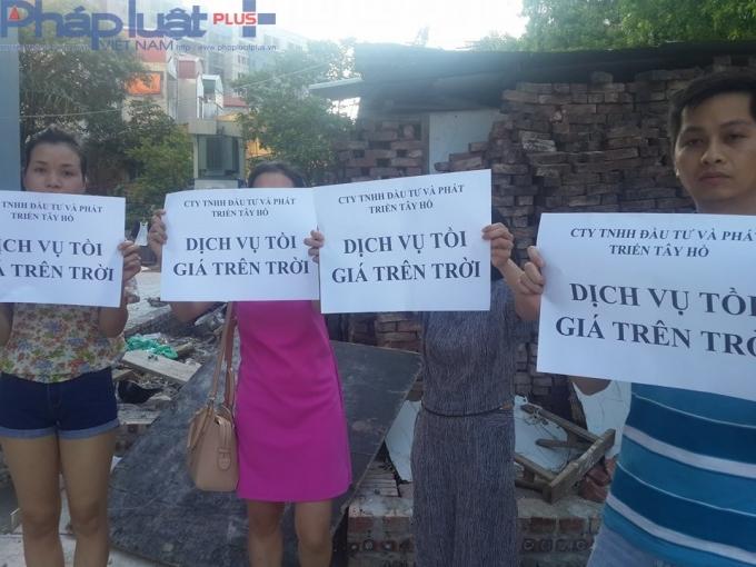 Bức xúc, hàng trăm hộ dân đã tổ chức phản đối chủ đầu tư chung cư An Bình vào ngày 1/6 vừa qua.
