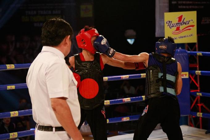 Đăng Trình (đỏ) lần đầu tiên thi đấu chính thức thi đấu ở hạng cân 50kg.