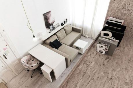 Phòng khách sang trọng với bộ salon nâu êm ái. Khu vực tiếp khách được phân biệt với các không gian khác trong nhà bởi mặt sàn cao hơn một chút.